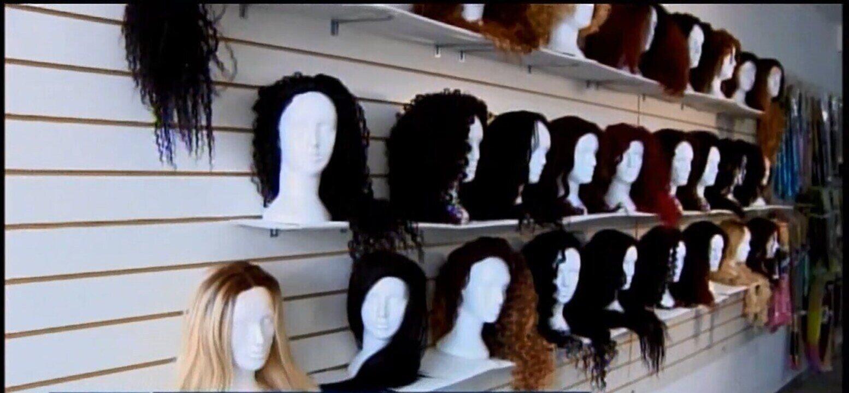 Mulher que não gostava do próprio cabelo vira empresária de perucas em Arcos
