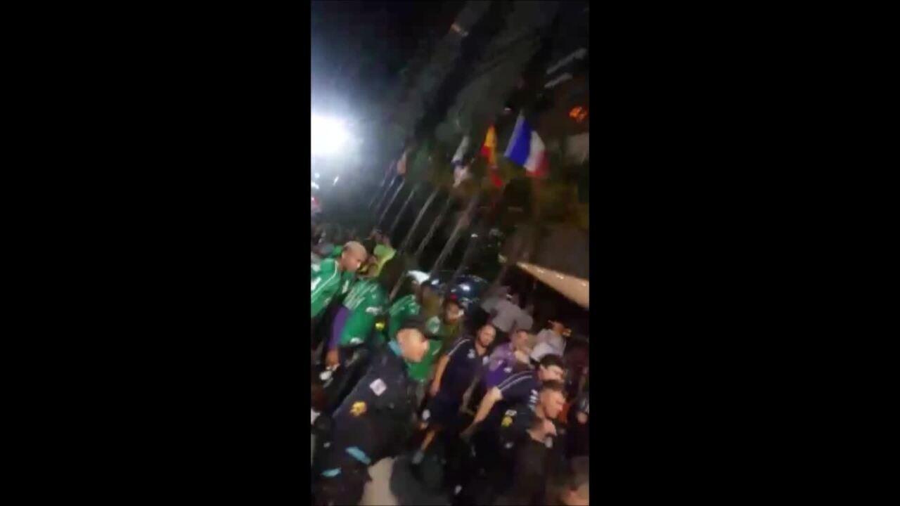 Integrantes de torcida organizada atiram pipocas em jogadores do Palmeiras em Fortaleza