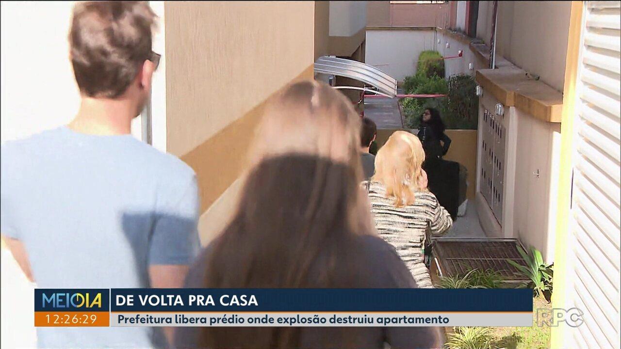 Moradores do prédio onde houve a explosão começam a voltar para os apartamentos