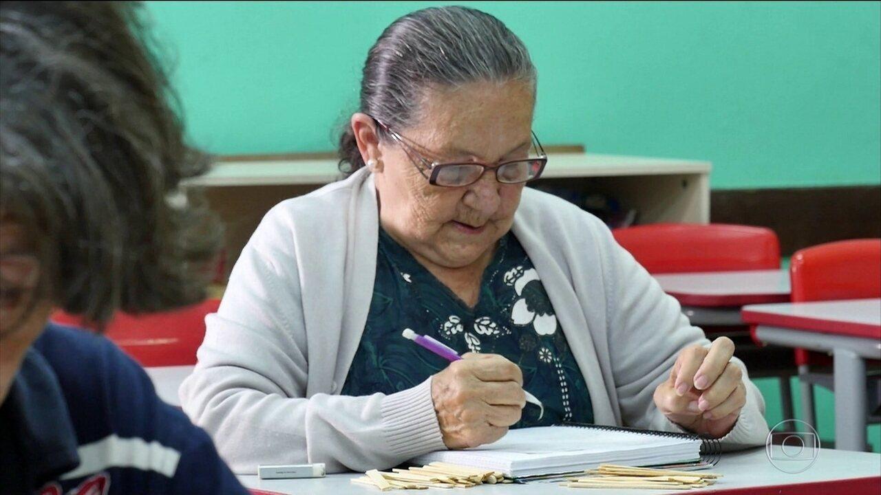 Avó aprende a ler e escrever por causa do neto