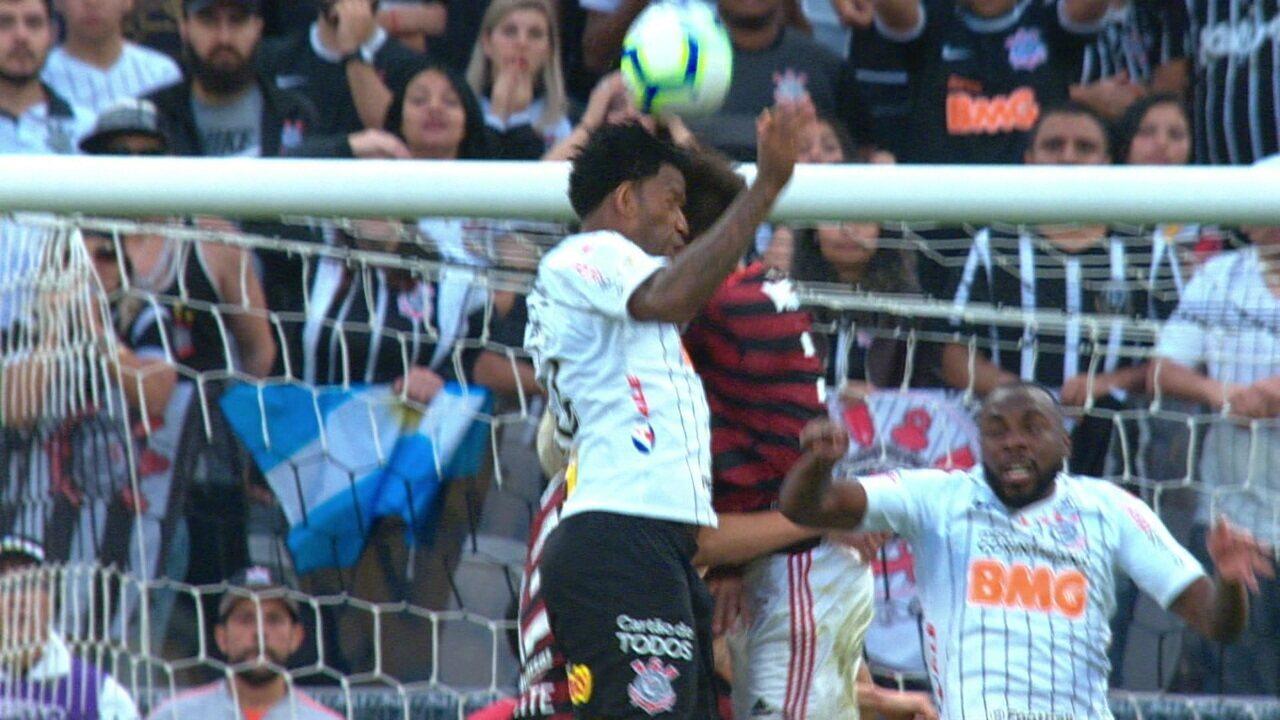 Gil e Rodrigo Caio se chocam de cabeça e corintiano se machuca