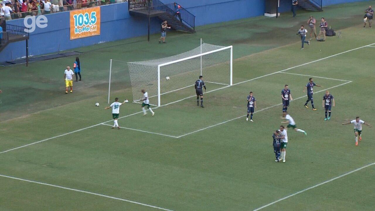 No dia do amigo, jogador abraça adversário em comemoração de gol na Série D