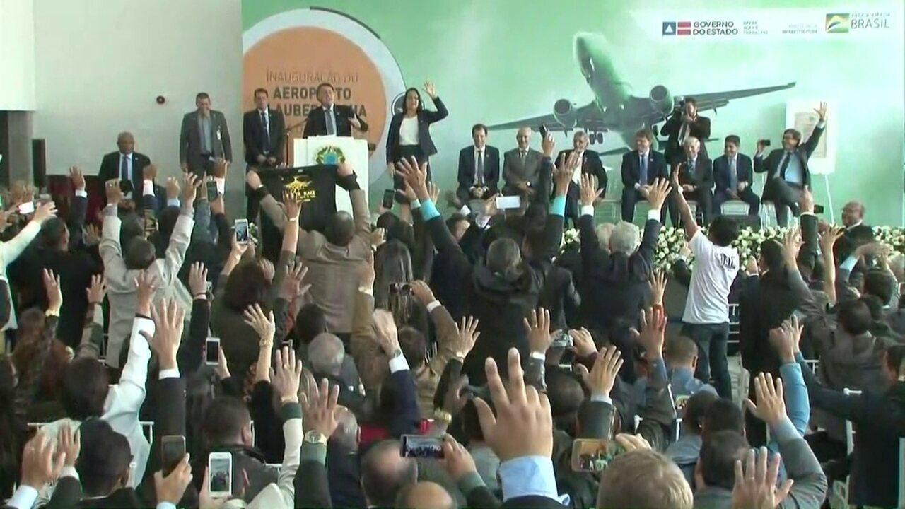 'Quem concorda com o presidente Jair Bolsonaro levanta o braço', diz Bolsonaro