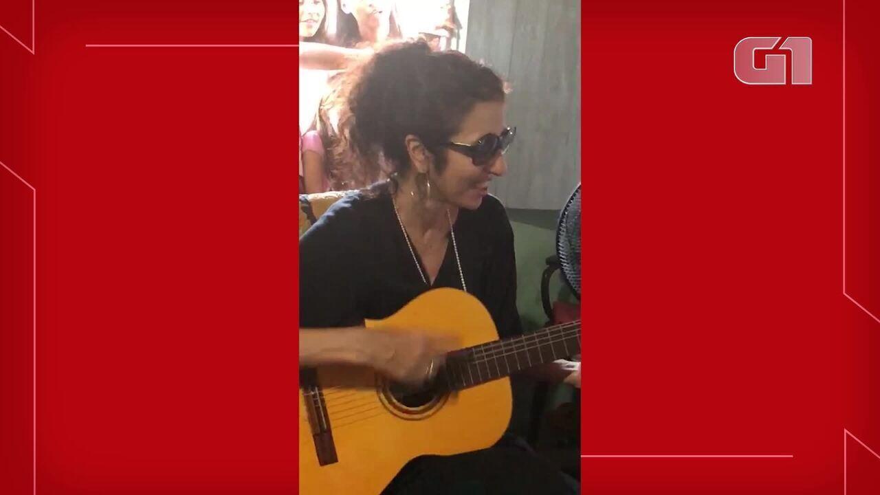 Marisa Monte faz visita e show surpresa para grupo de artesãs no Ceará