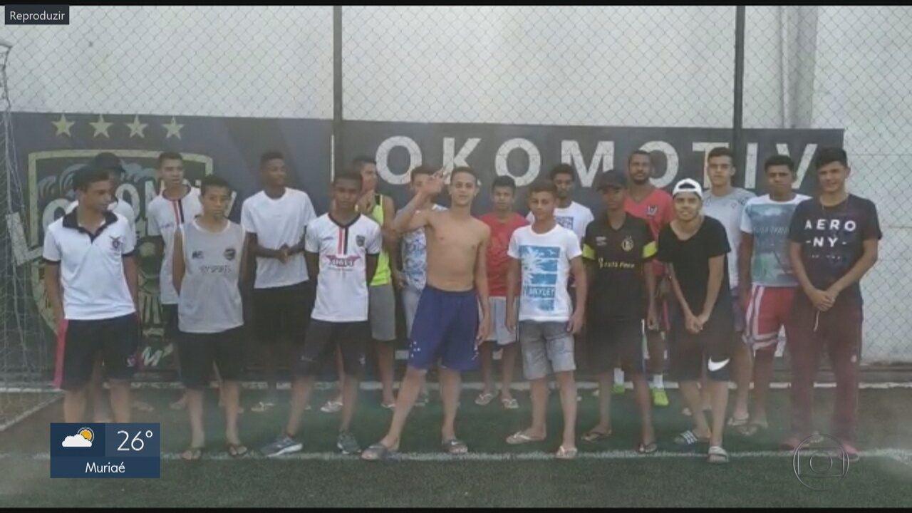 Amigos do futebol fazem homenagem a jovem ferido por linha chilena