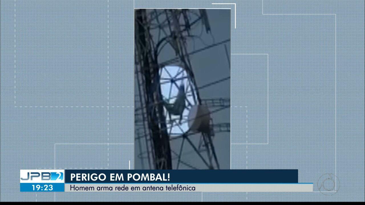 Homem coloca rede em antena telefônica na cidade de Pombal