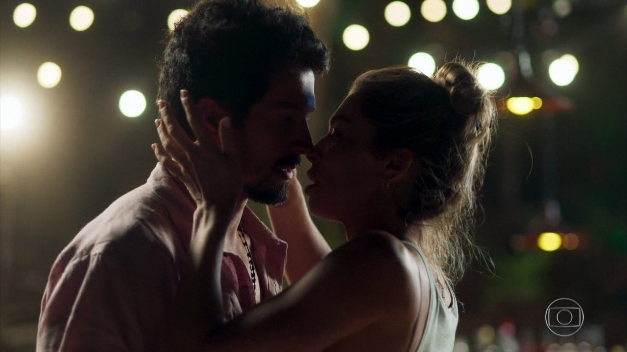 Marcos e Paloma se beijam