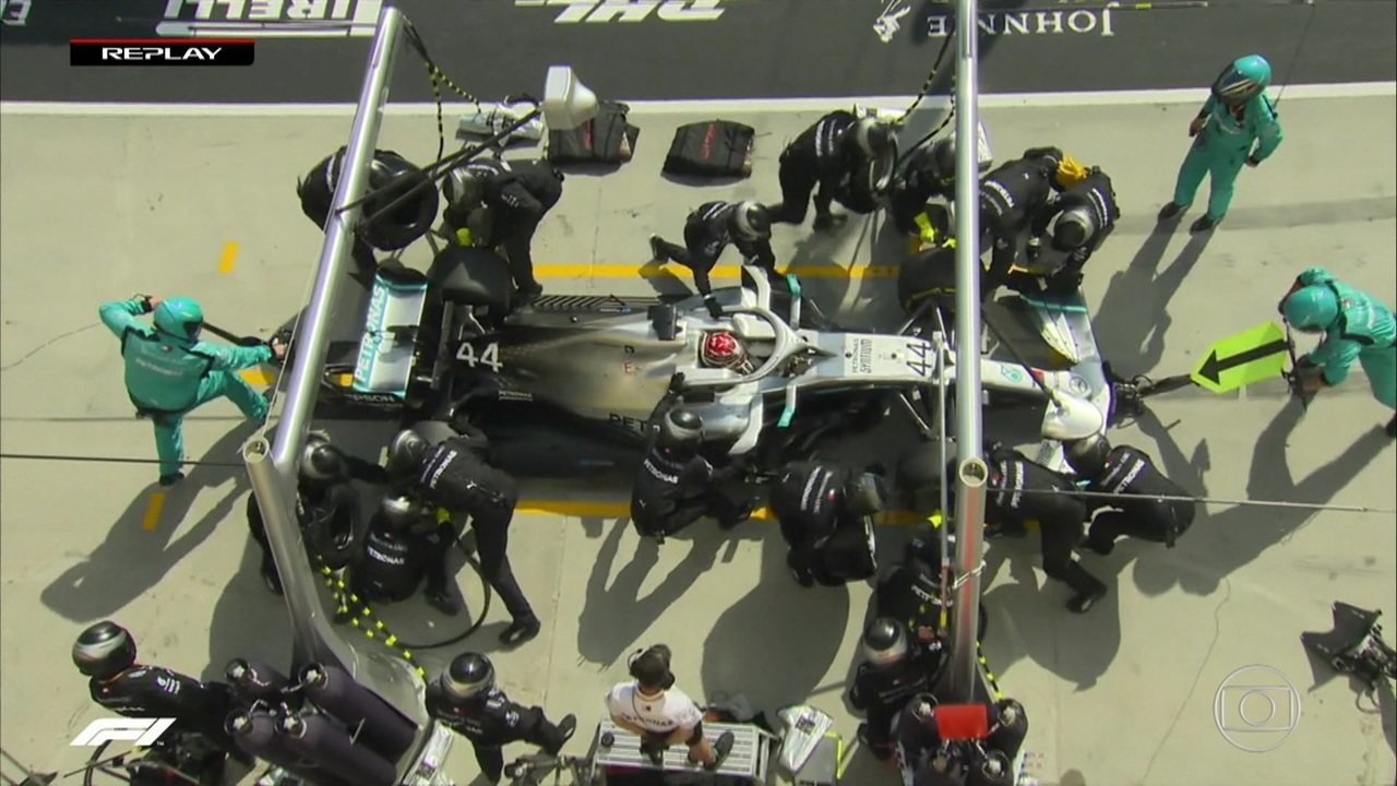 Hamilton vai para os boxes e Mercedes faz tempo alto na troca