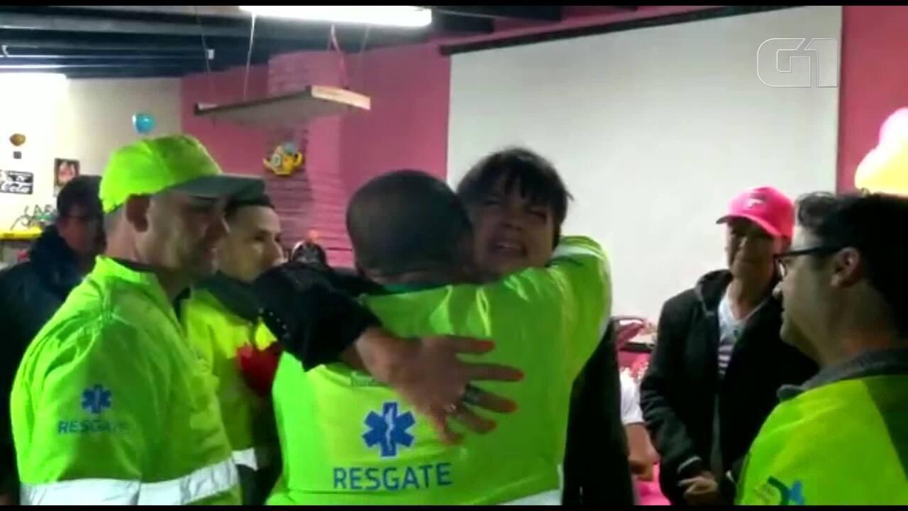 Mulher que sobreviveu a acidente de trânsito em Campinas se emociona ao rever socorristas em festa de aniversário