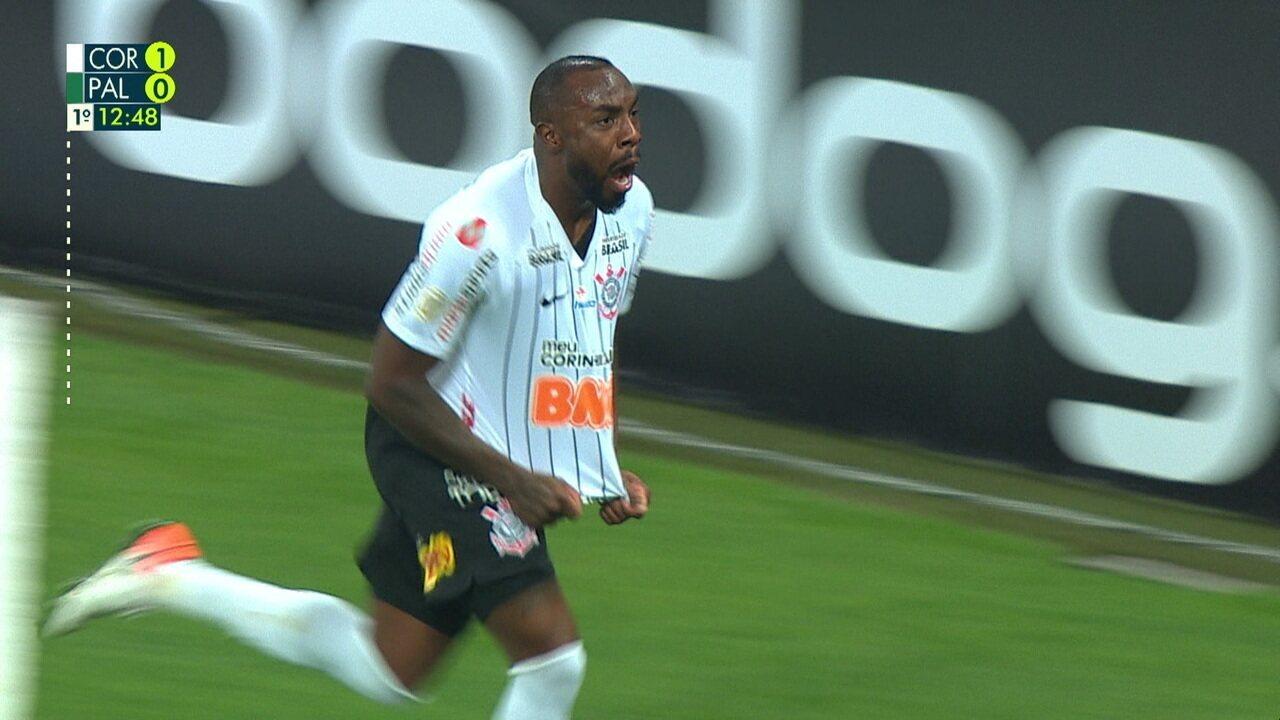 Gol do Corinthians! Após falta cobrada por Sornoza, Manoel cabeceia para abrir o placar, aos 12' do 1º tempo