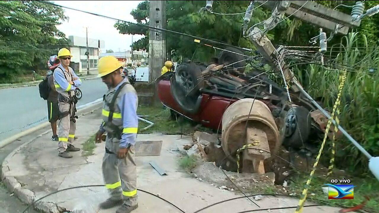 Motorista capota e destrói poste na Avenida Jerônimo de Albuquerque em São Luís