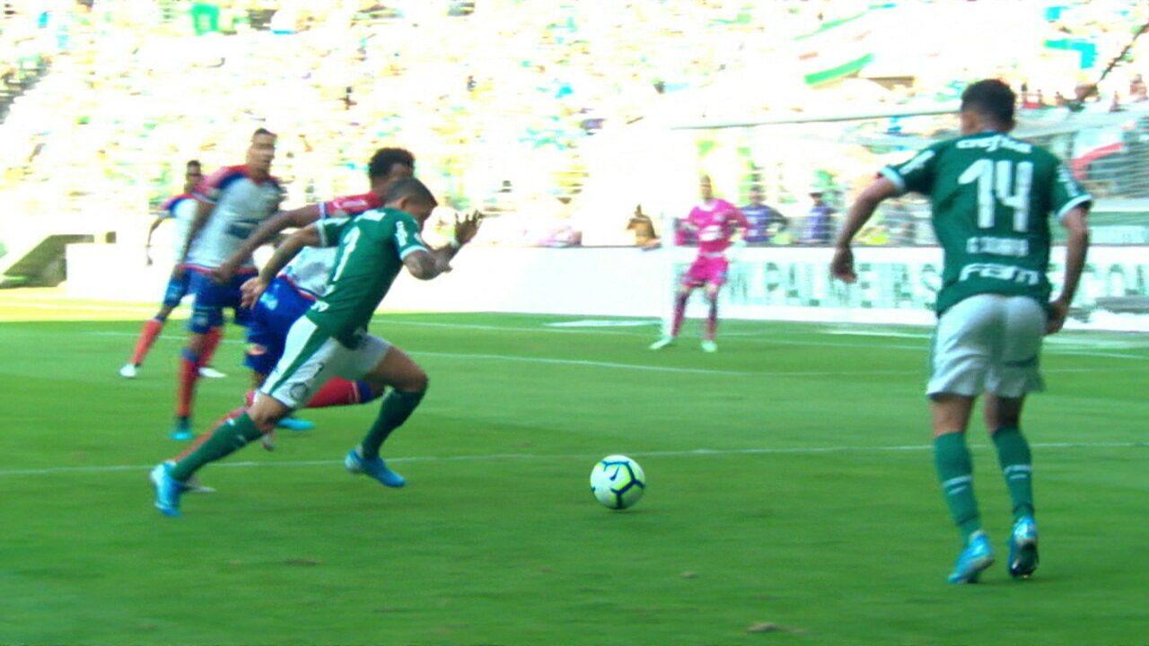Primeira grande chance do jogo é do Palmeiras, Luiz Adriano sobe de cabeça mas manda para fora, aos 10 do 1º tempo
