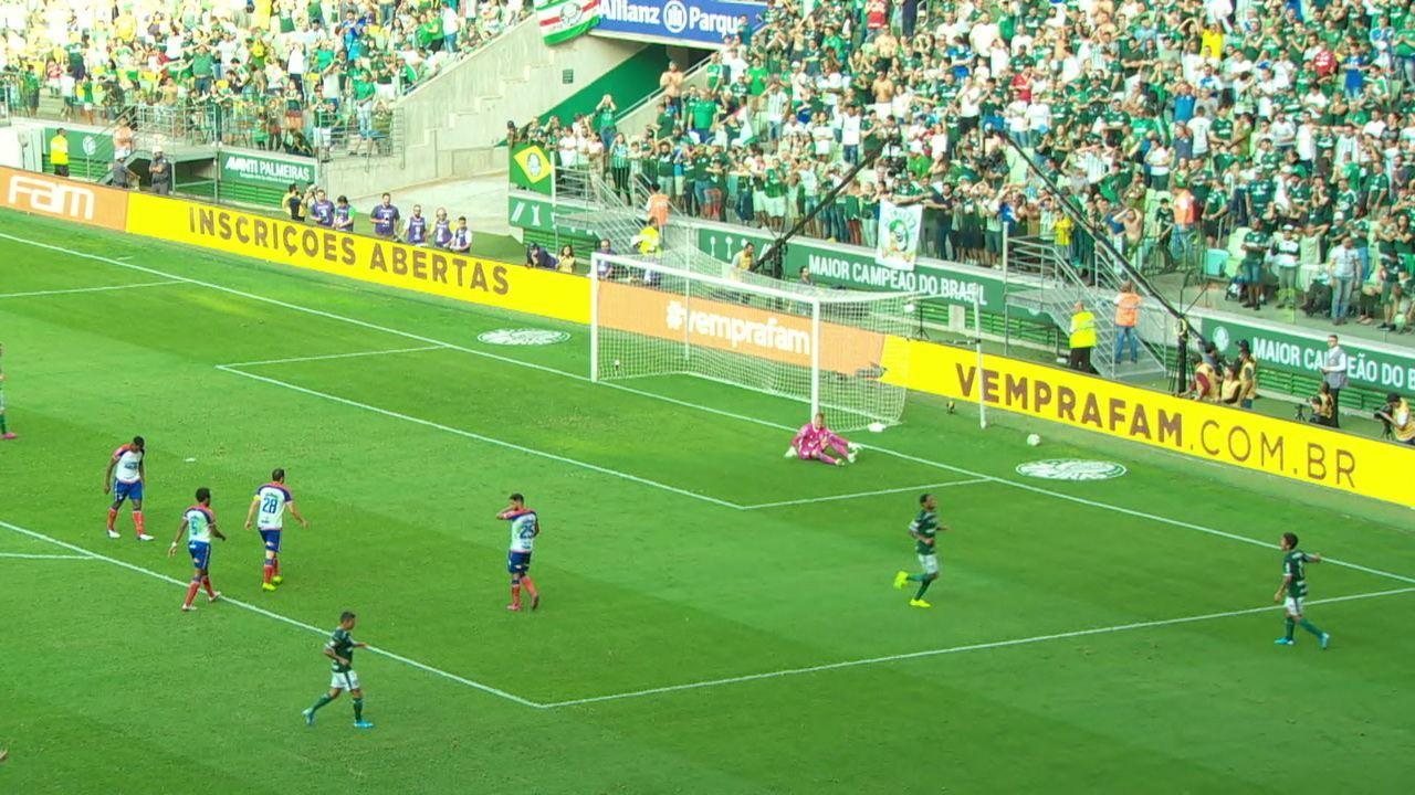 Que chute! Douglas se estica todo para defender o chute do Luiz Adriano, aos 32 do 1º tempo