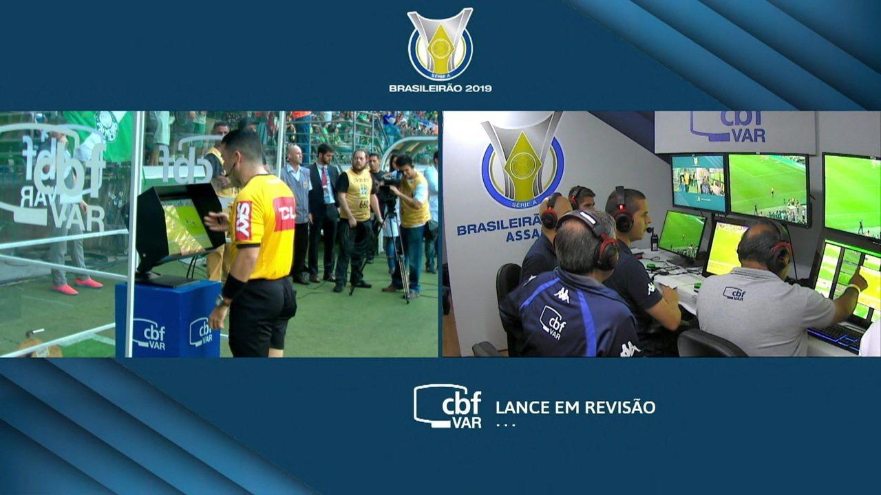 Depois de consultar o VAR, árbitro marca pênalti, e Gilberto marca o primeiro gol do Bahia