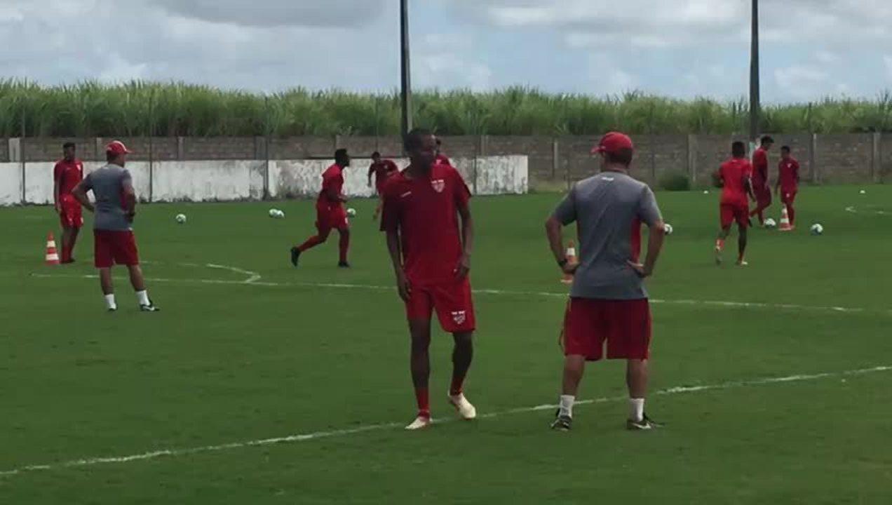 Momento que Willians Santana sentiu a coxa em treino do CRB