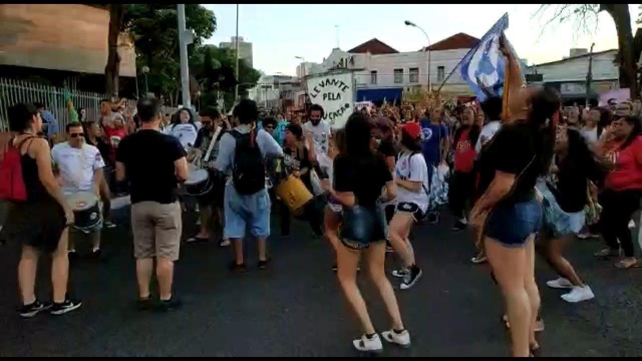 UBERLÂNDIA,  17h39: estudantes param em frente à praça do antigo Fórum