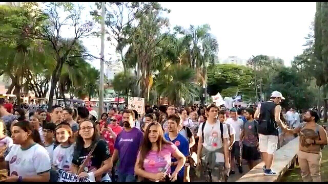 UBERLÂNDIA, 17h15: após o fim dos discursos os manifestantes seguiram em caminhada pelas ruas do Centro