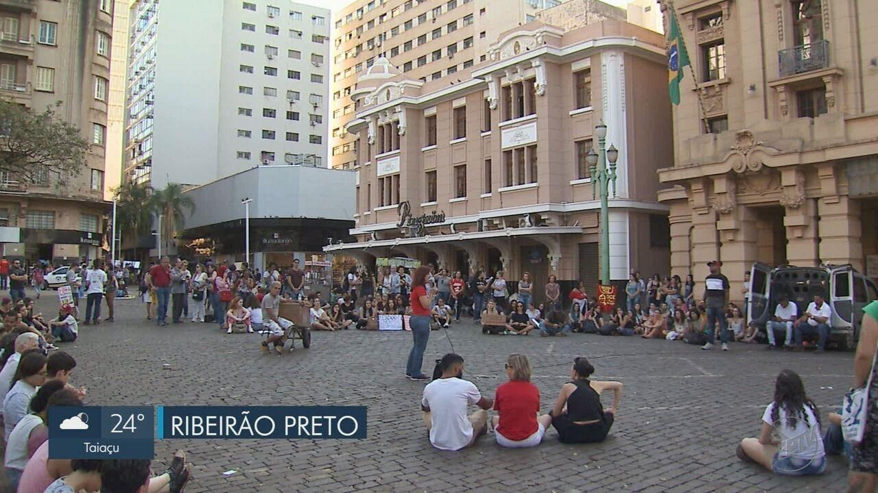 Manifestantes fazem ato em defesa da educação em Ribeirão Preto e Franca, SP
