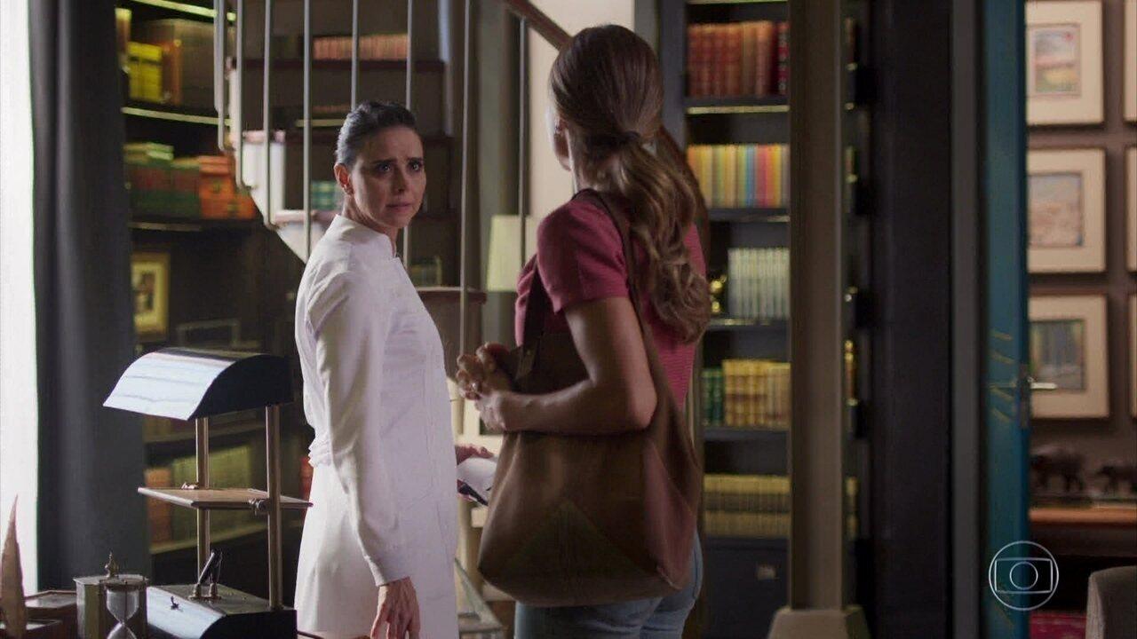 Leila fica enciumada com a presença de Paloma