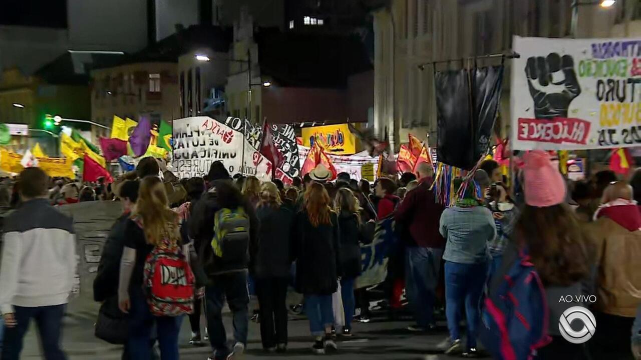 Manifestantes protestam contra cortes na educação e parcelamento de salários