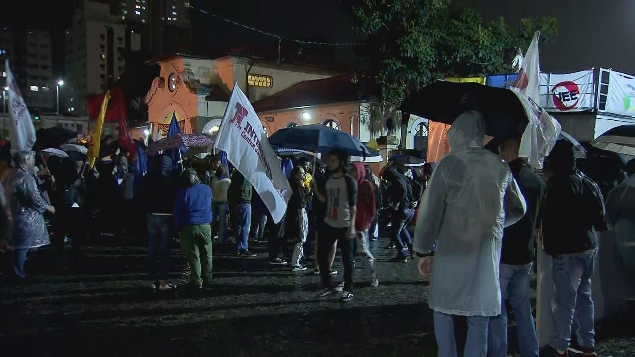 Manifestantes se reúnem contra os cortes de verbas da educação em Santos, SP