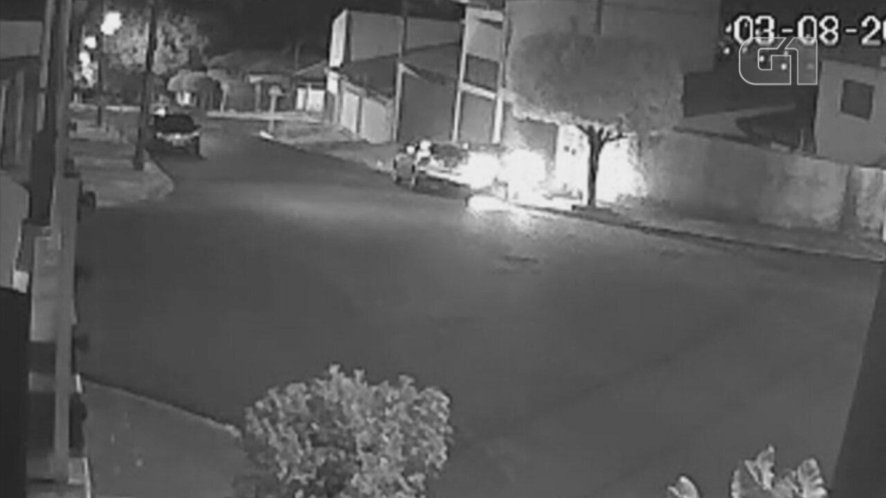 Câmera de segurança flagra rapaz subindo em calçada com carro para atropelar tio
