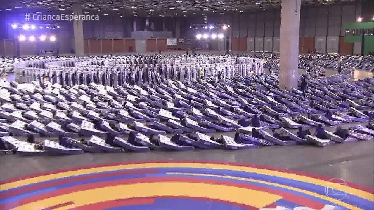 Caldeirão promove o recorde de maior dominó humano com colchões