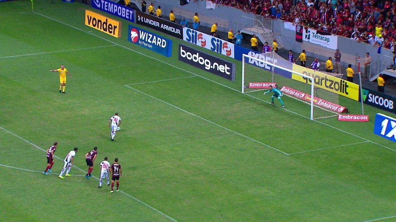 Pênalti em dose dupla! Bruno César desperdiça cobrança e Bruno Henrique sofre falta na sequencia da jogada, aos 36 do 2º