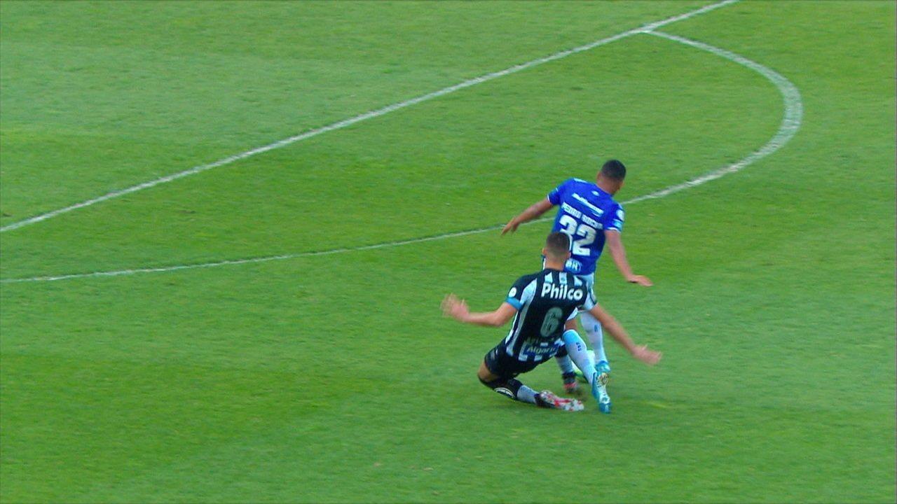 Gustavo Henrique faz falta em Pedro Rocha, Daronco confere o VAR e expulsa o camisa 6, aos 03' do 1º tempo