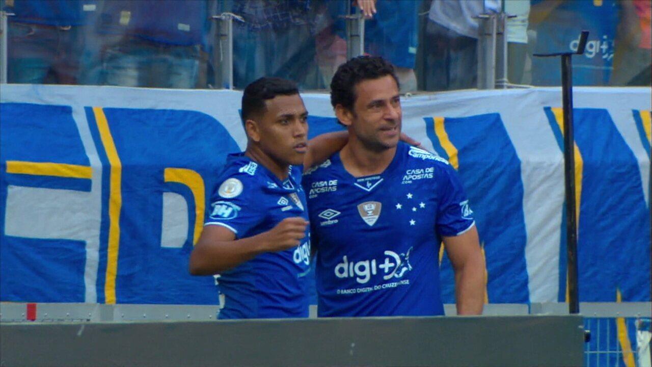 Gol do Cruzeiro! Fred ajeita e chuta para abrir o placar, aos 43' do 1º Tempo