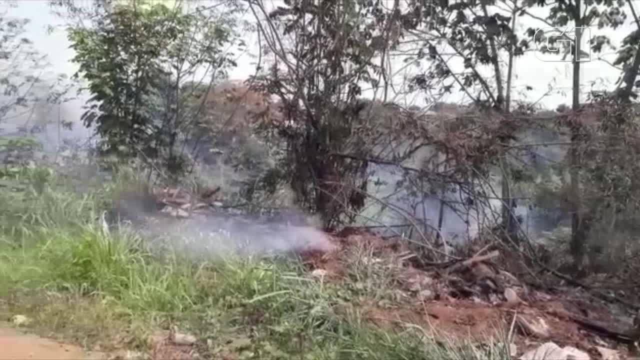 Incêndio atinge vegetaçao próximo a residências na Zona Norte de Porto Velho
