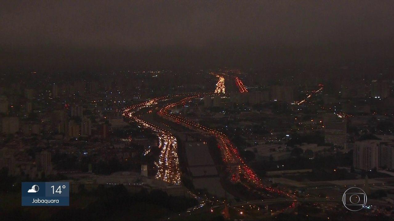 Dia vira noite durante a tarde desta segunda (19) em São Paulo