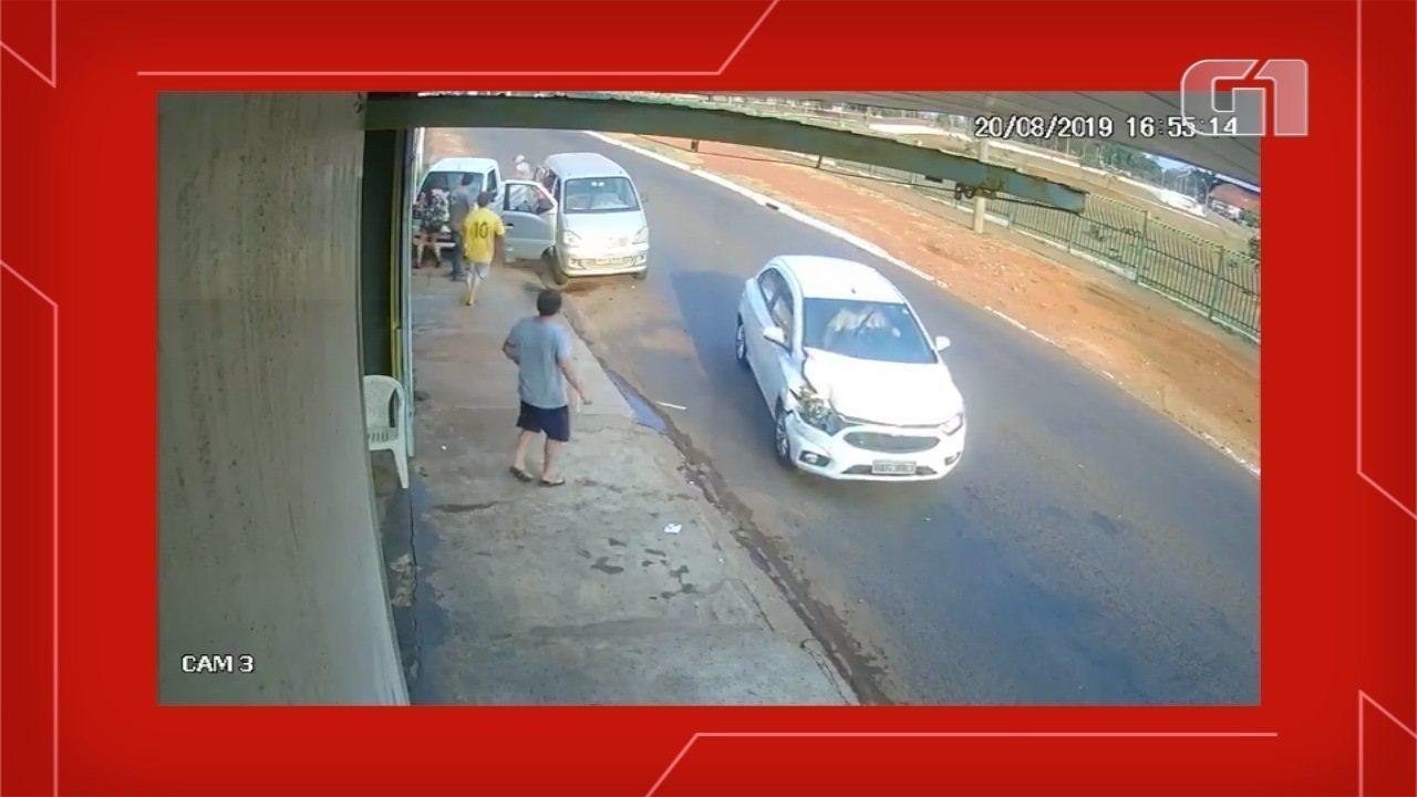 Vídeo mostra menina sendo prensada em muro por carro em Campo Grande