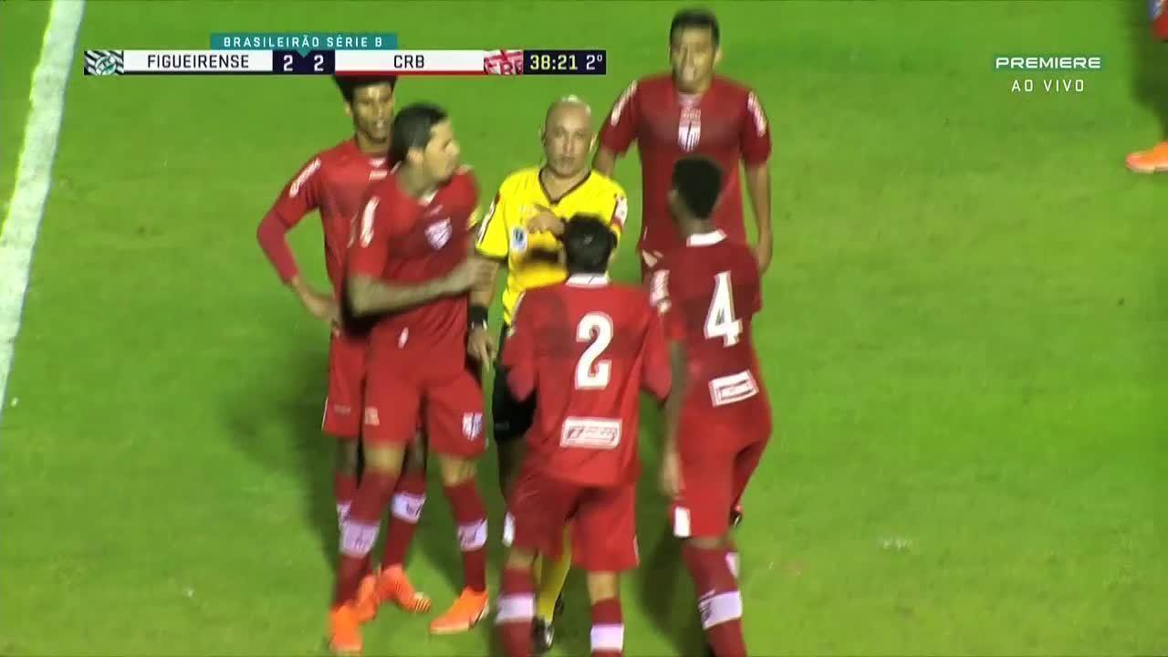 Cartão vermelho!!! Daniel Borges, do CRB, comete falta em Yuri Mamute e é expulso