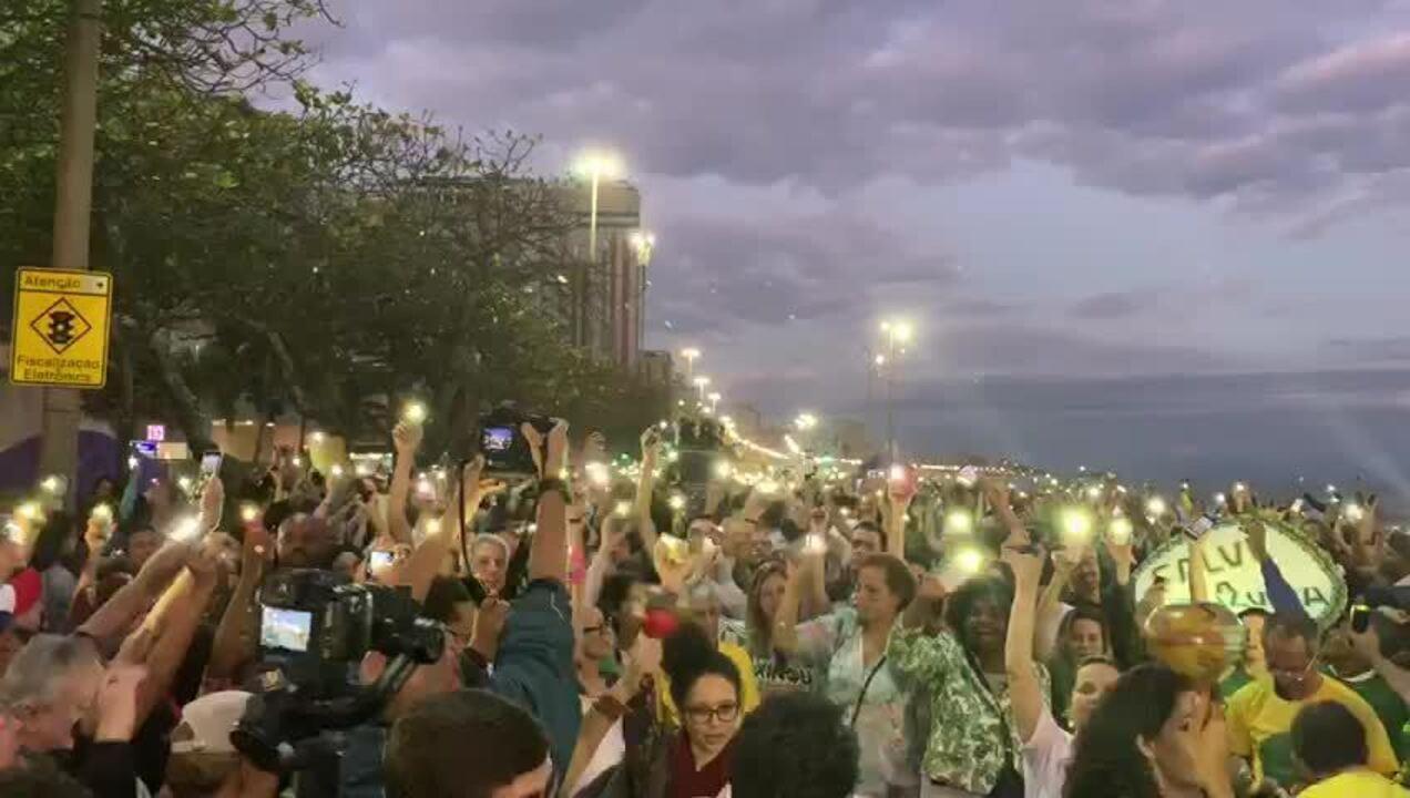 """Com lanternas de celulares ligadas, manifestantes gritaram em coro """"Amazônia fica, Bolsonaro sai"""""""