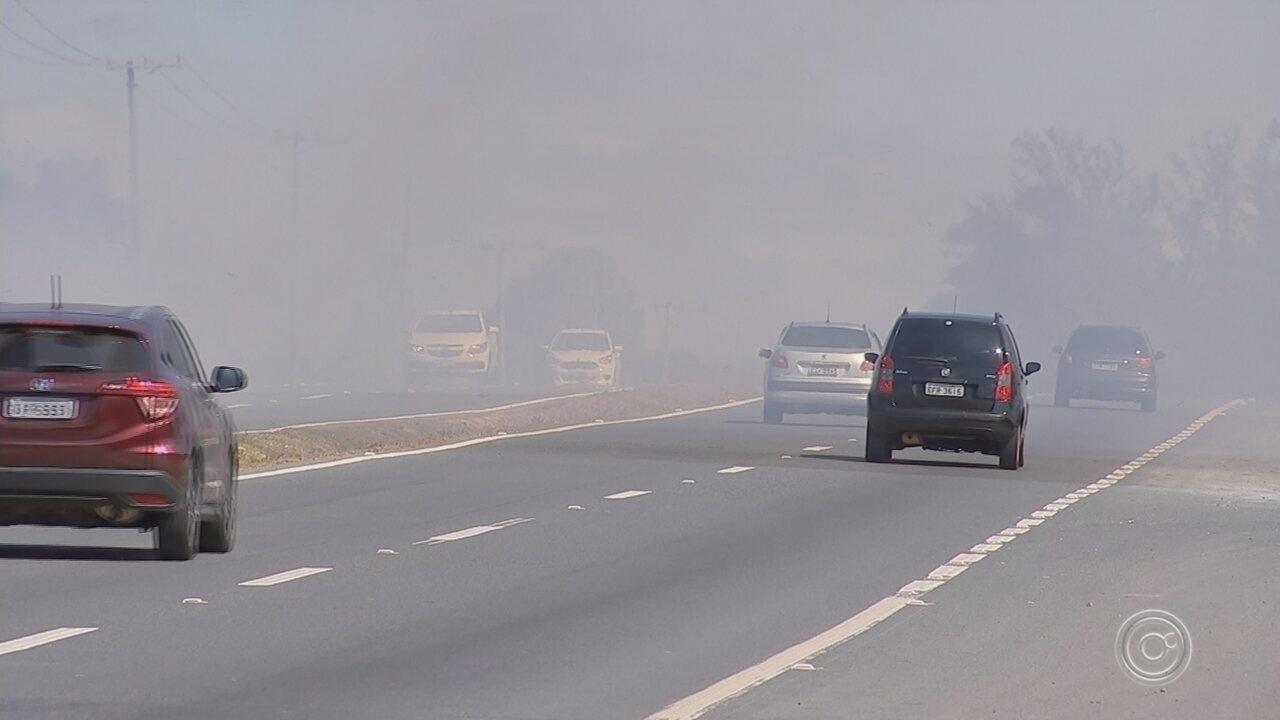 Queimada às margens da Rodovia João Leme dos Santos afeta visibilidade de motoristas