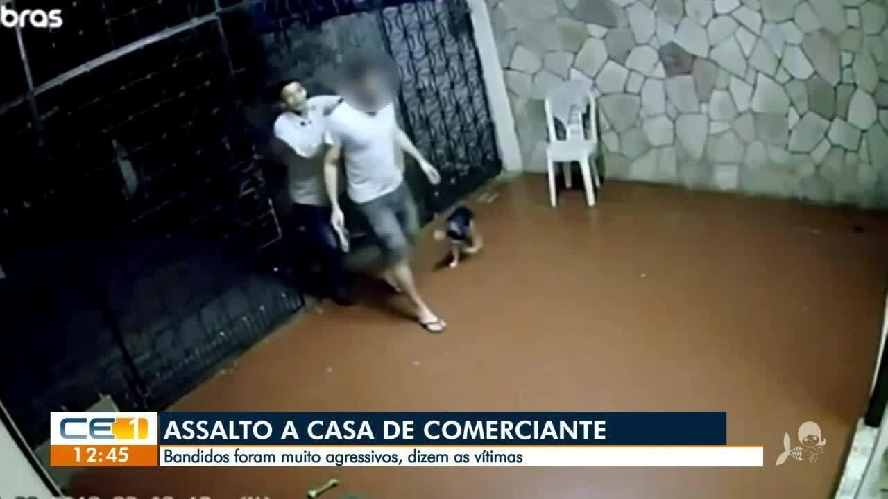 Resultado de imagem para Família de comerciante é feita refém durante assalto a residência, em Fortaleza; criminosos levam 30 celulares