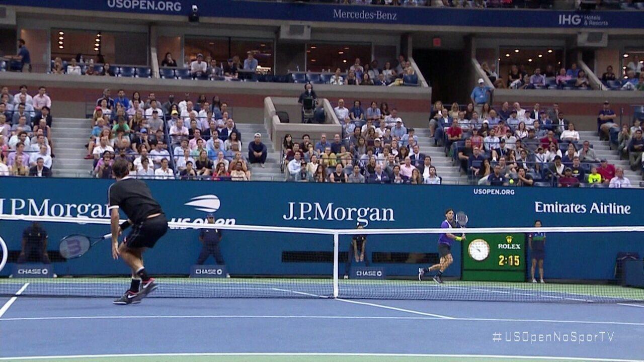 Federer dá um voleio lindo, mas Dimitrov chega na bola e acerta um backhand espetacular