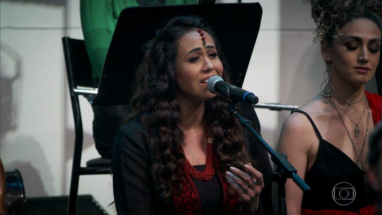 Oula Al-Saghir canta música para seu pai
