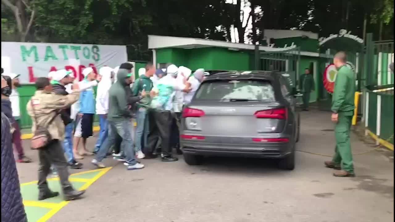 Torcedores protestam na chegada do volante Bruno Henrique ao treino do Palmeiras