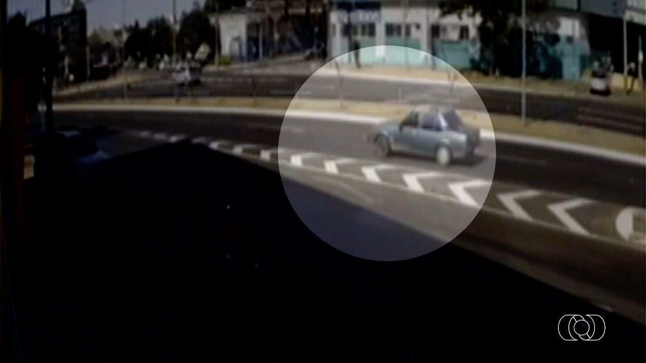 Motorista na contramão mata jovem de patinete e deixa motociclista ferido, em Anápolis