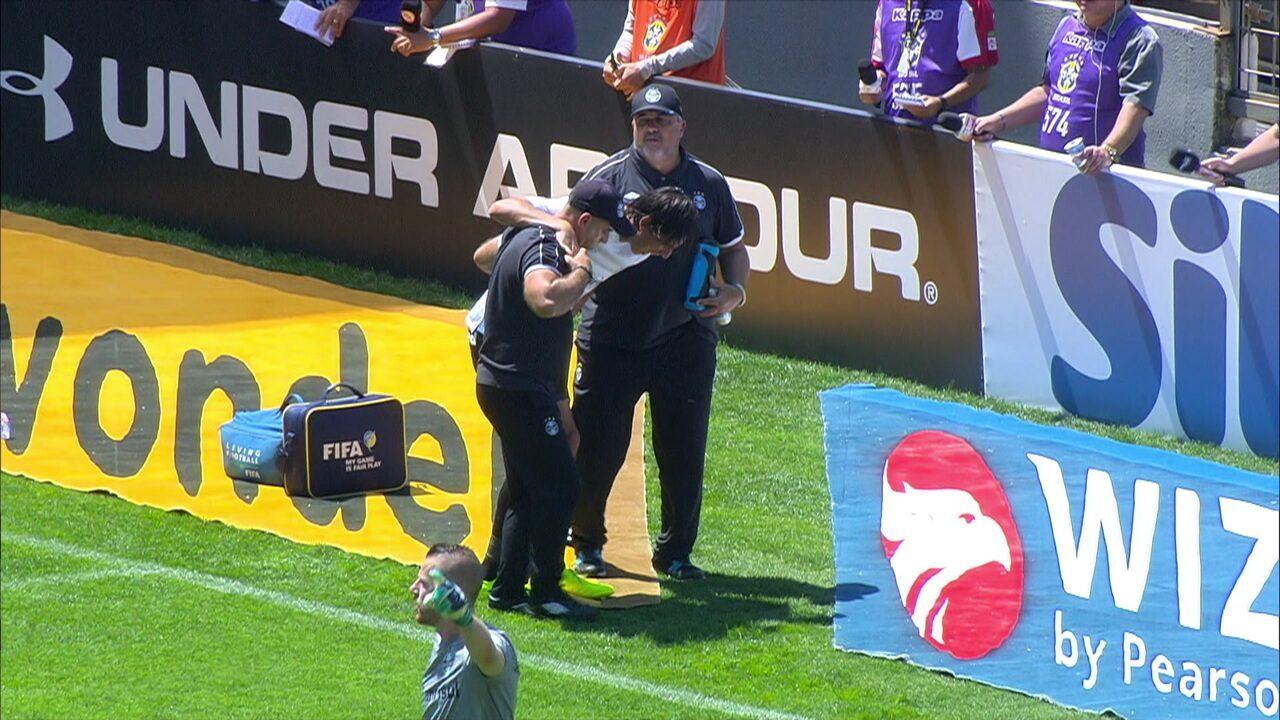 Geromel sente dores e precisa sair com a ajuda de funcionários do Grêmio