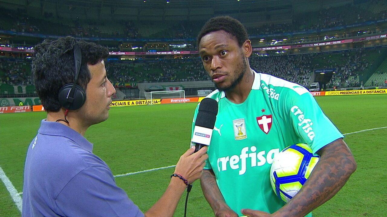 Autor dos três gols, Luiz Adriano comemora feito levando a bola do jogo para casa