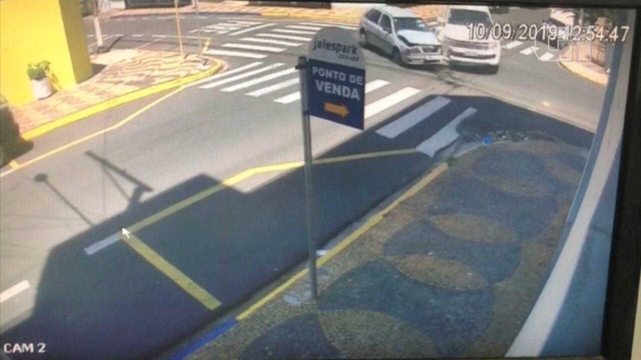 Caminhonete invade em loja após acidente em Jales