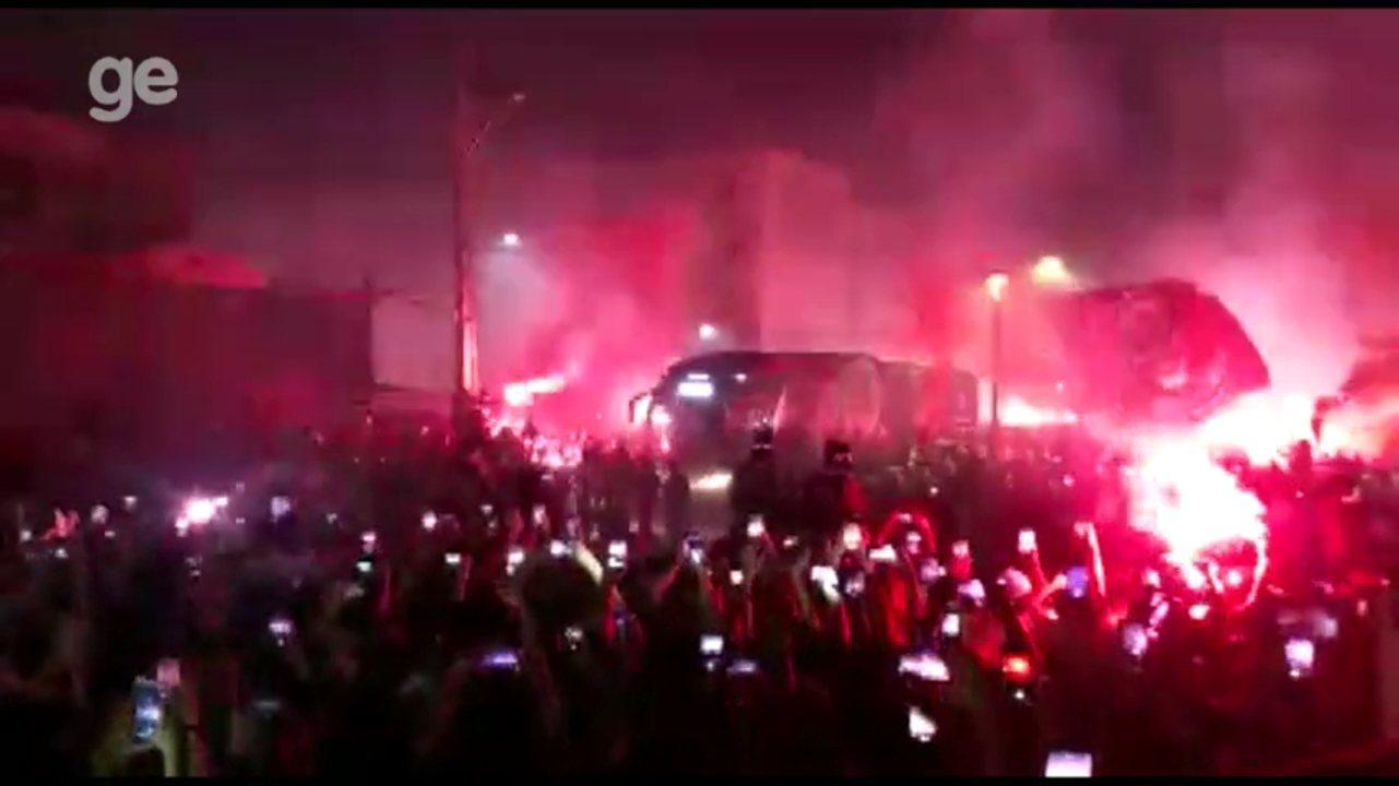 Torcida do Athletico faz festa na chegada do time para final da Copa do Brasil