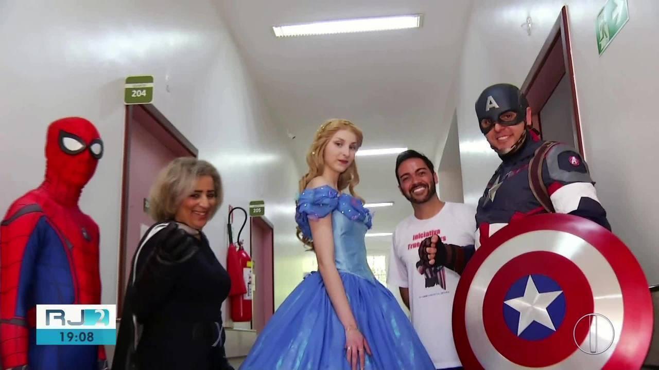 Grupo se veste de personagens para alegrar crianças em hospital de Petrópolis