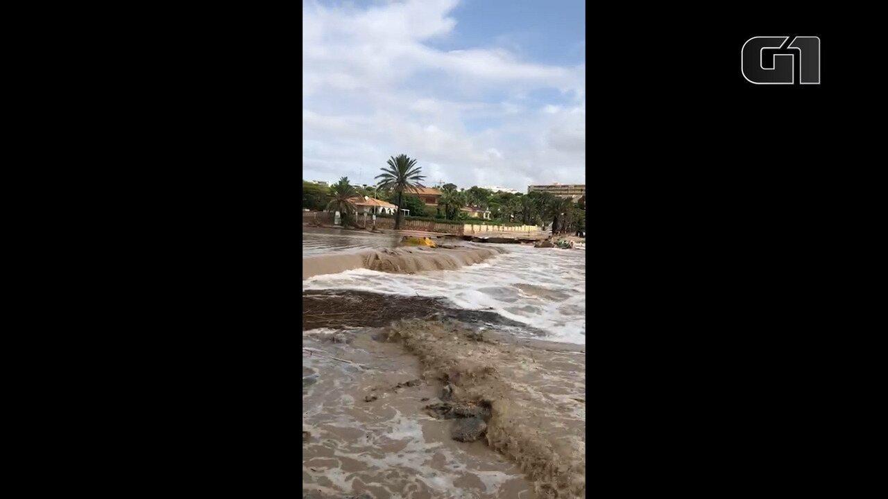 Brasileira filma destruição causada por Gota Fria em praia na Espanha