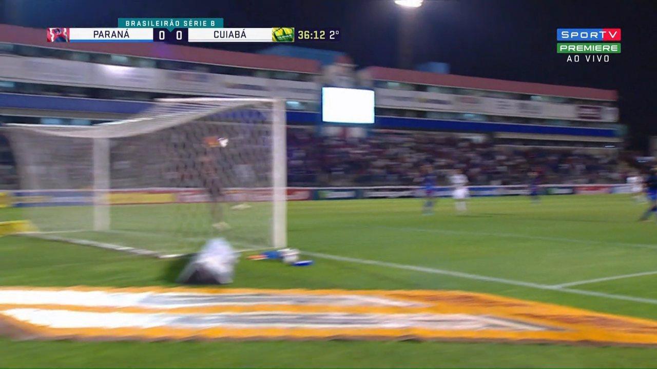 Felipe Marques leva para o meio, solta a bomba e vê Thiago Rodrigues salvar