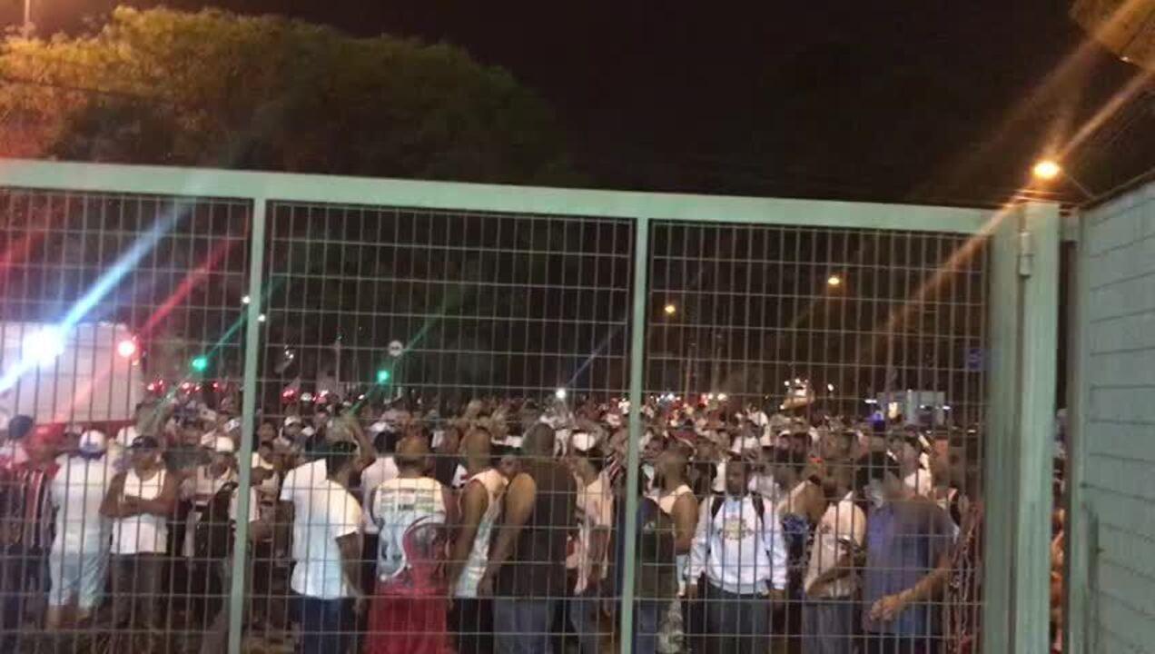 """""""Cansado de time amarelão"""", canta torcida do São Paulo na porta do Morumbi"""