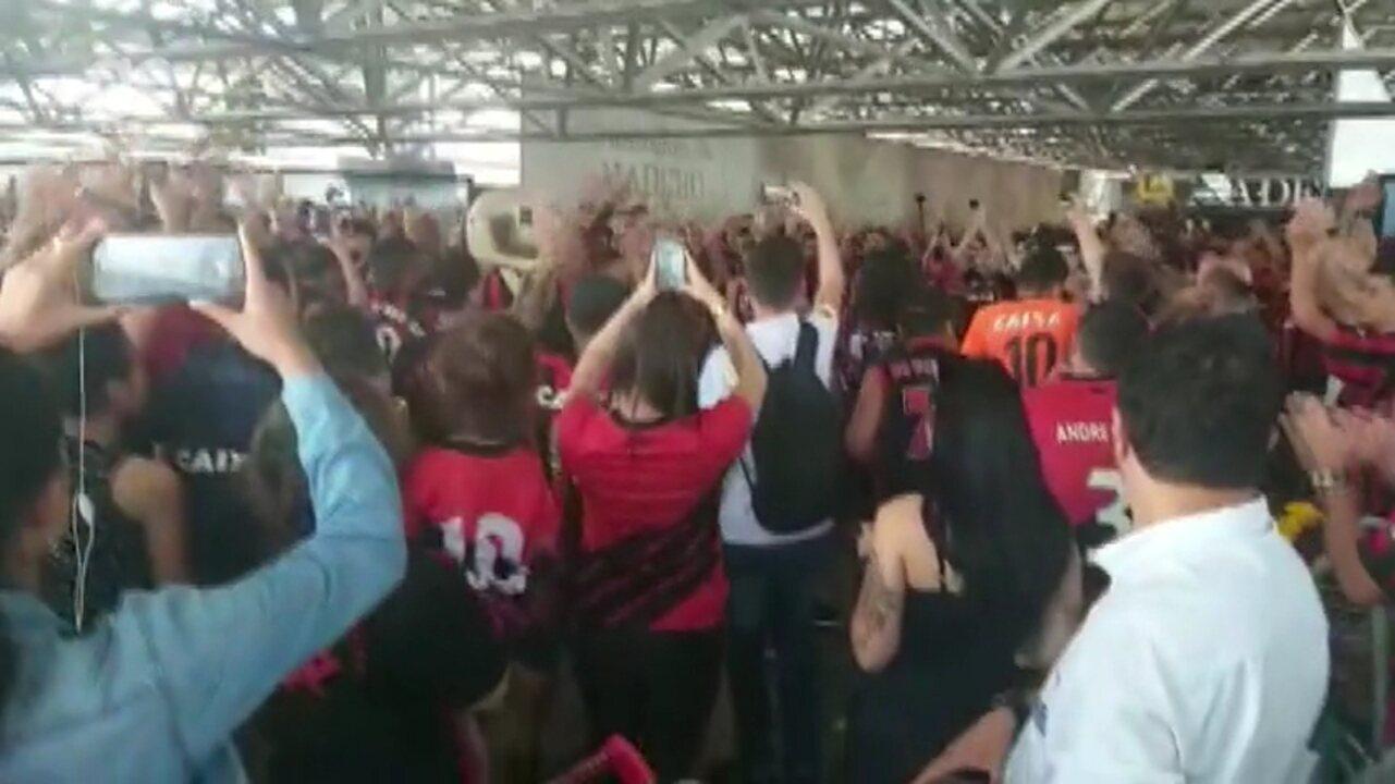 Torcida faz festa no embarque do Athletico para final da Copa do Brasil